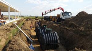 La instalación del sistema de cosecha de agua de lluvia.